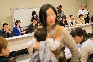 20160323-子どもをあやしに席を立つママさん